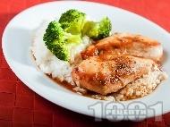Рецепта Пилешко филе глазирано в соев сос, кафява захар, оцет и портокалов сок, печено на фурна с гарнитура от броколи на пара и бял ориз